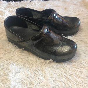 Dansko black floral patterned nursing shoe 8 1/2
